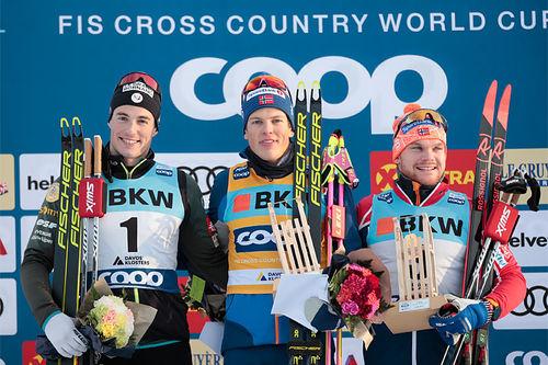 Herrepallen på sprinten under verdenscupen i Davos 2019. FV: Lucas Chanavat (2. plass), Håvard Solås Taugbøl (1) og Håvard Solås Taugbøl (3). Foto: NordicFocus.
