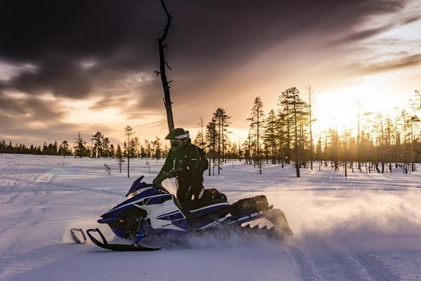 snowmobiles-2035500_1920_600x400
