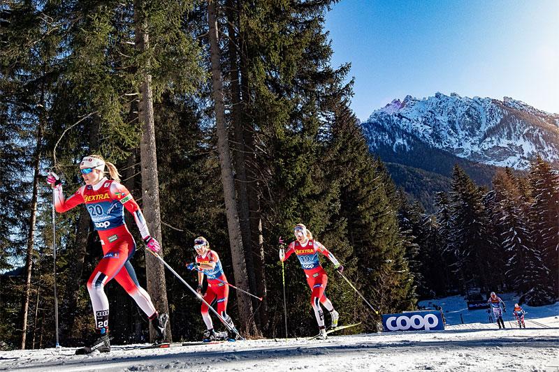 Anne Kjersti Kalvå i front for et knippe norske løpere i Tour de Ski. Foto: Modica/NordicFocus.