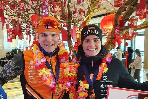 Vinjar Skogsholm og Ingeborg Dahl smiler etter å ha blitt nummer 1 og 2 i Vasaloppet China 2020. Foto: Privat.
