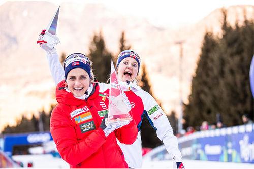 Therese Johaug med krystallen som viser at hun vant Tour de Ski 2019-2020. Bak er Tourens 3. plass gjennom fjorårsvinner Ingvild Flugstad Østberg. Foto: Modica/NordicFocus.