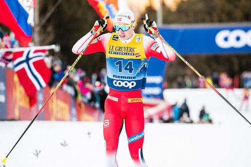 Simen Hegstad Krüger går i mål som vinner av finaleetappen opp Monsterbakken under Tour de Ski 2019-2020. Foto: Modica/NordicFocus.