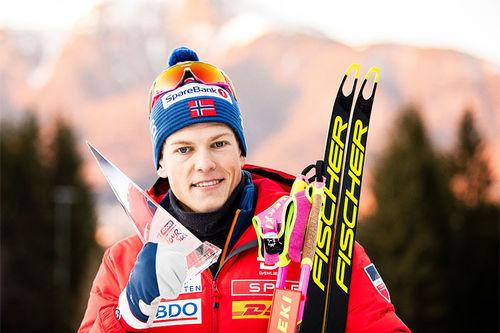 Johannes Høsflot Klæbo med premien etter 3. plassen i Tour de Ski 2019-2020. Foto: Modica/NordicFocus.