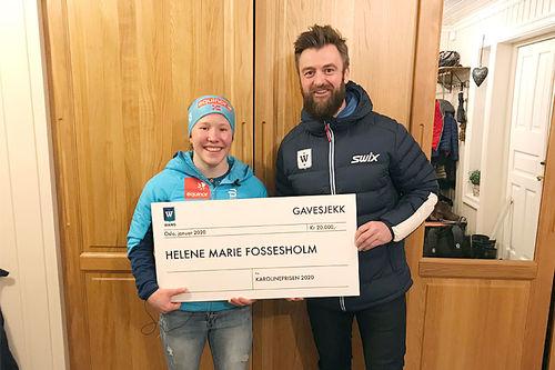 Kristian Gilbert, toppidrettssjef ved WANG Toppidrett Oslo, gir her Karolineprisen til Helene Marie Fossesholm. Foto: WANG Toppidrett Oslo.