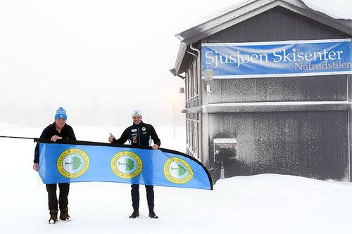 Sjusjøen Skimarathon med noen av ildsjelene bak arrangementet, Johannes Haukåssveen og Geir Evensen, på plass ved Sjusjøen Skisenter og Natrudstilen hvor det er start og mål for rennet. Arrangørfoto.
