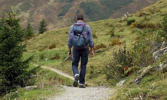 Bilde av mann som går på skogstur