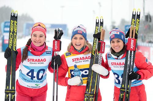 Damenes seierspall på 10 fri under verdenscupen i Nove Mesto 2020. FV: Natalia Nepryaeva (2. plass), Therese Johaug (1) og Heidi Weng (3). Foto: Modica/NordicFocus.