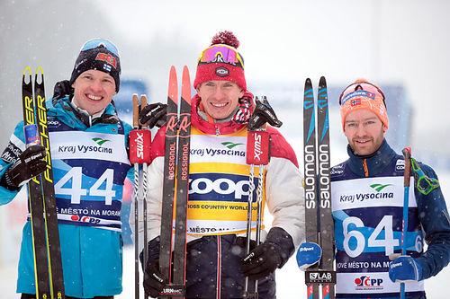 Herrenes seierspall på 15 fri under verdenscupen i Nove Mesto 2020. FV: Iivo Niskanen (2. plass), Alexander Bolshunov (1) og Sjur Røthe (3). Foto: Modica/NordicFocus.