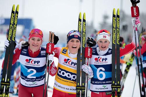 Damenes seierspall på 10 km klassisk under verdenscupen i Nove Mesto 2020. FV: Natalia Nepryaeva (2. plass), Therese Johaug (1) og Ingvild Flugstad Østberg (3). Foto: Modica/NordicFocus.