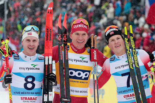 Herrenes seierspall på 15 km klassisk under verdenscupen i Nove Mesto 2020. FV: Johannes Høsflot Klæbo (2. plass), Alexander Bolshunov (1) og Simen Hegstad Krüger (3). Foto: Modica/NordicFocus.