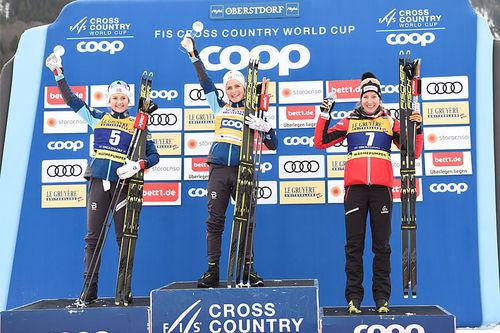 Damenes seierspall på 15 km skiathlon i verdenscupen i Oberstdorf 2020. FV: Ingvild Flugstad Østberg (2. plass), Therese Johaug (1) og Teresa Stadobler (3). Foto: Modica/NordicFocus.