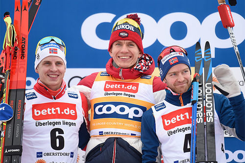 Herrenes seierspall på 30 km skiathlon i verdenscupen i Oberstdorf 2020. FV: Simen Hegstad Krüger (2. plass), Alexander Bolshunov (1) og Sjur Røthe (3). Foto: Thibaut/NordicFocus.
