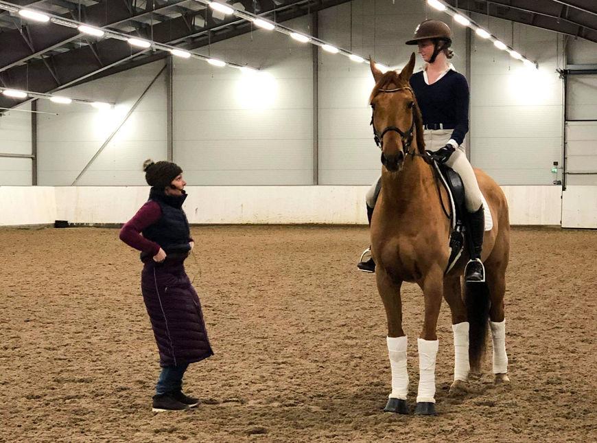 Maria Terese Engell underviser Astrid Dessingthon. Foto: Ann Kristin Hoff