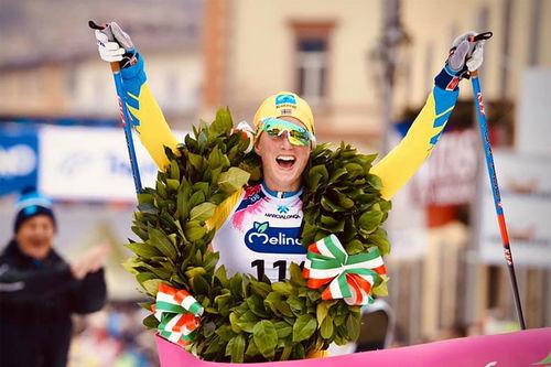 Kari Vikhagen Gjeitnes jubler over seier i Marcialonga 2020, sesongens 6. renn i Visma Ski Classics. Foto: Magnus Östh/Visma Ski Classics.
