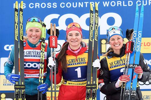 Damenes seierspall på sprinten under Prøve-VM 2020 i Oberstdorf. FV: Anamarija Lampic (2. plass), Natalia Nepryaeva (1) og Jessica Diggins (3). Foto: Thibaut/NordicFocus.