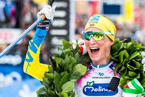 Kari Vikhagen Gjeitnes jubler over seier i Marcialonga 2020, sesongens 6. renn i Visma Ski Classics. Foto: Modica/NordicFocus.
