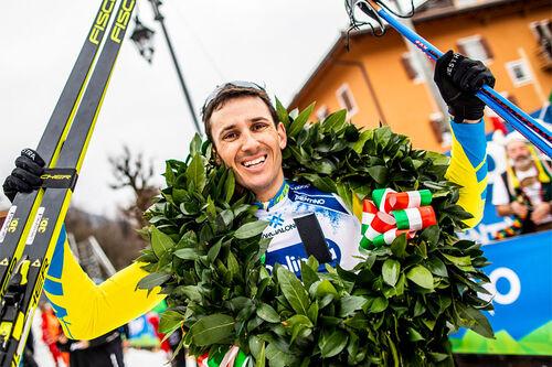 Tore Bjørseth Berdal jubler over seier i Marcialonga 2020, sesongens 6. renn i Visma Ski Classics. Foto: Modica/NordicFocus.