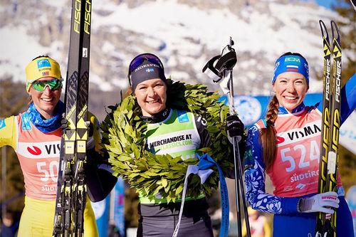 Damenes seierspall i Visma Ski Classics-rennet Toblach-Cortina. FV: Kari Vikhagen Gjeitnes (2. plass), Britta Johansson Norgren (1) og Anastasia Vlasova (3). Foto: Magnus Östh/Visma Ski Classics.