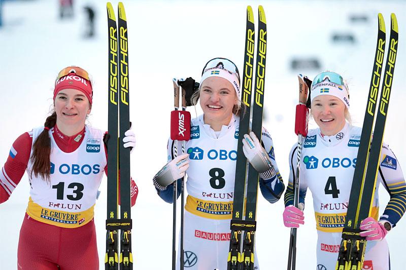 Damenes seierspall på sprinten i verdenscupen i Falun 2020. FV: Linn Svahn (2. plass), Natalia Nepryaeva (1) og Jonna Sundling (3). Foto: Modica/NordicFocus.