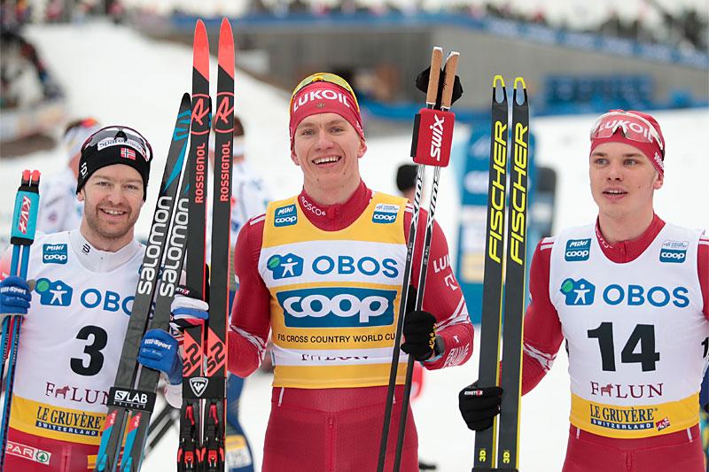 Herrenes seierspall på 15 km fellesstart under verdenscupen i Falun 2020. FV: Sjur Røthe (2. plass), Alexander Bolshunov (1) og Ivan Yakimushkin (3). Foto: Modica/NordicFocus.