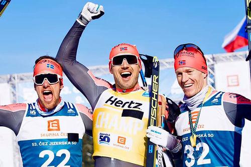Herrenes seierspall i Visma Ski Classics-rennet Jizerska 2020. FV: Oskar Kardin (2. plass), Andreas Nygaard (1) og Petter Eliassen (3). Foto: Magnus Östh / Visma Ski Classics.