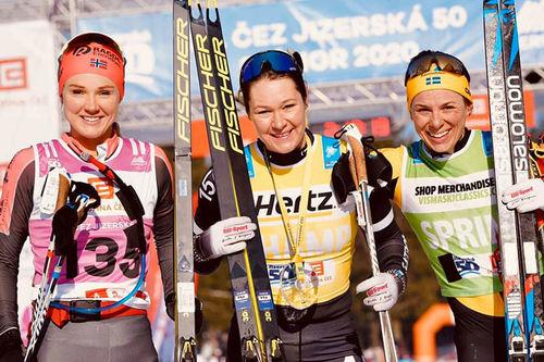 Damenes seierspall i Visma Ski Classics-rennet Jizerska. FV: Emilie Fleten (2. plass), Britta Johansson Norgren (1) og Lina Korsgren (3). Foto: Magnus Östh / Visma Ski Classics.