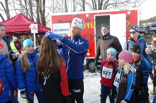 Deltakere i Martincrossen får signaturer fra Martin Johnsrud Sundby. Arrangørfoto.