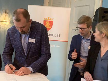 Marius Chramer signerer felleserklæringen