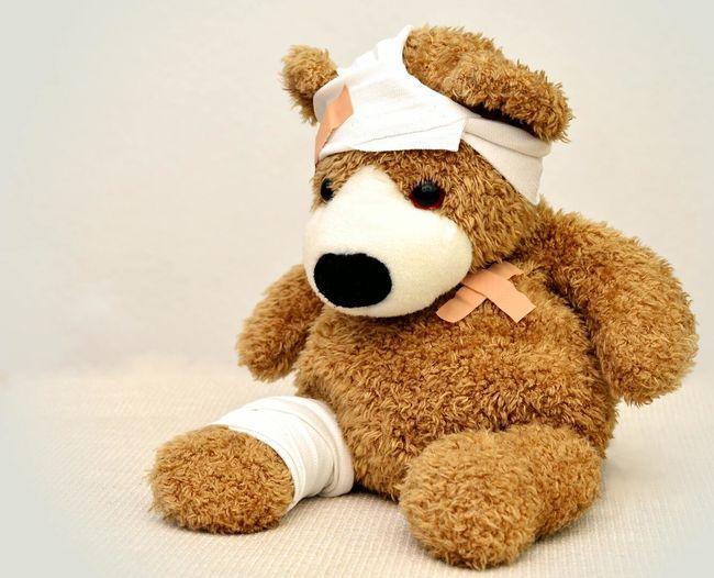 Bildet viser en kosebamse med bandasje