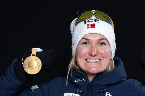 Marte Olsbu Røiseland med VM-gull fra Anterselva 2020. Foto: Manzoni/NordicFocus.