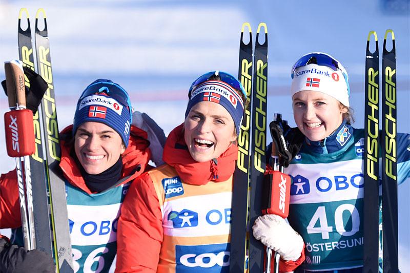 Damenes seierspall på åpningsetappen av Ski Tour 2020. FV: Heidi Weng (2. plass), Therese Johaug (1) og Ingvild Flugstad Østberg (3). Foto: Thibaut/NordicFocus.
