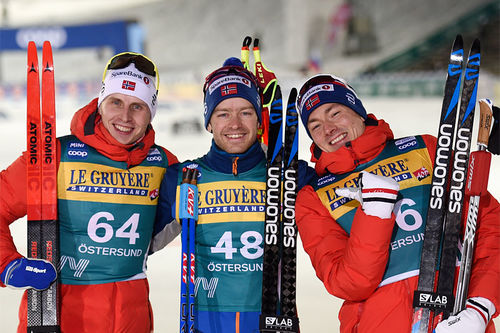 Herrenes seierspall på åpningsetappen av Ski Tour sesongen 2019/2020. FV: Simen Hegstad Krüger (2. plass),  Sjur Røthe (1) og Finn Hågen Krogh (3). Foto: Thibaut/NordicFocus.