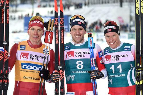 Herrenes seierspall på jaktstarten av Ski Tour sin 2. etappe. FV: Alexander Bolshunov (2. plass), Pål Golberg (1) og Martin Løwstrøm Nyenget (3). Foto: Thibaut/NordicFocus.