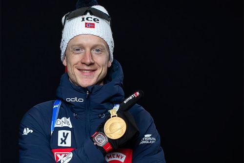 Johannes Thingnes Bø med VM-medalje fra Anterselva 2020. Foto: Manzoni/NordicFocus.