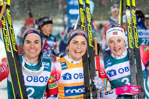 Damenes seierspall på jaktstarten av Ski Tour sin 2. etappe. FV: Heidi Weng (2. plass), Therese Johaug (1) og Ingvild Flugstad Østberg (3). Foto: Thibaut/NordicFocus.