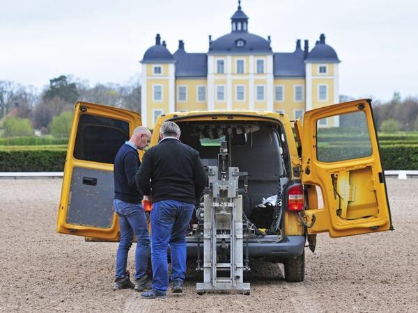 Den mekaniske hoven, som Lars Roepstorff og hans team har utviklet i sin prisbelønte forskning, tester baneunderlaget på Strömsholm. Foto: Viktor Wrange