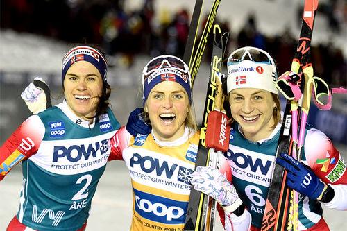Damenes seierspall på tredje etappe av Ski Tour 2020, sprint i Åre. FV: Heidi Weng (2. plass), Therese Johaug (1) og Astrid Uhrenholdt Jacobsen (3). Foto: Thibaut/NordicFocus.