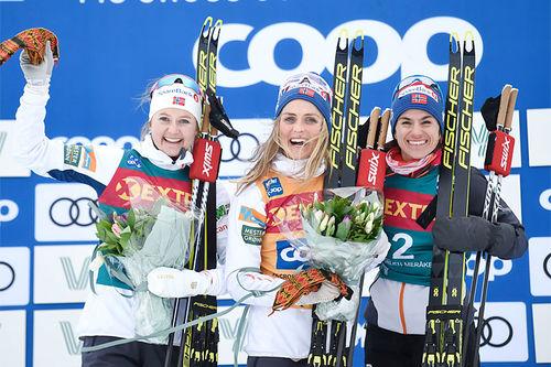 Damenes seierspall på fjerde etappe av Ski Tour 2020, 38 km lang fellesstart fra Storlien til Meråker. FV: Ingvild Flugstad Østberg (2. plass), Therese Johaug (1) og Heidi Weng (3). Foto: Thibaut/NordicFocus.