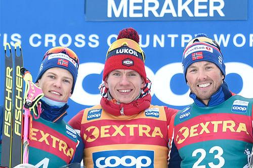 Herrenes seierspall på fjerde etappe av Ski Tour 2020, 38 km lang fellesstart fra Storlien til Meråker. FV: Emil Iversen (2. plass), Alexander Bolshunov (1) og Emil Iversen (3). Foto: Thibaut/NordicFocus.