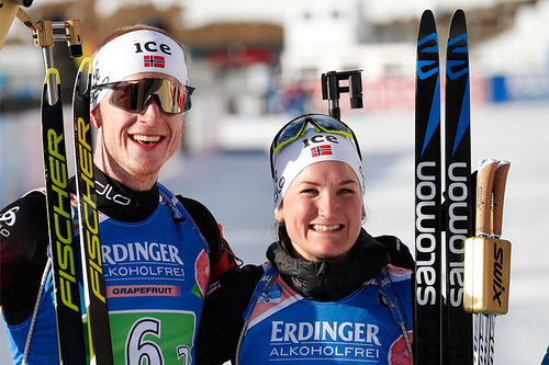 Johannes Thingnes Bø og Marte Olsbu Røiseland har akkurat sikret VM-gull i parstafett (single miks stafett) til Norge under VM Anterselva 2020. Foto: Manzoni/NordicFocus.