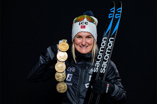 Marte Olsbu Røiseland med VM-medaljer fra verdensmesterskapet i Anterselva / Antholz 2020. Foto: Manzoni/NordicFocus.
