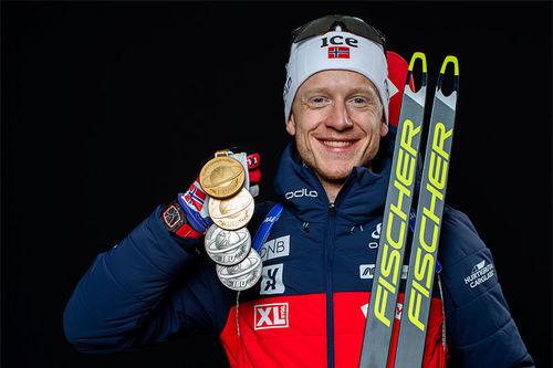 Johannes Thingnes Bø med VM-medaljer fra verdensmesterskapet i Anterselva / Antholz 2020. Foto: Manzoni/NordicFocus.