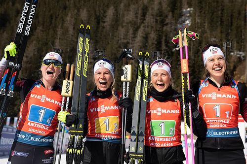 Marte Olsbu Røiseland, Tiril Eckhoff, Ingrid Landmark Tandrevold og Synnøve Solemdal har akkurat sikret gull til Norge i VM-stafetten i Anterselva 2020. Foto: Manzoni/NordicFocus.