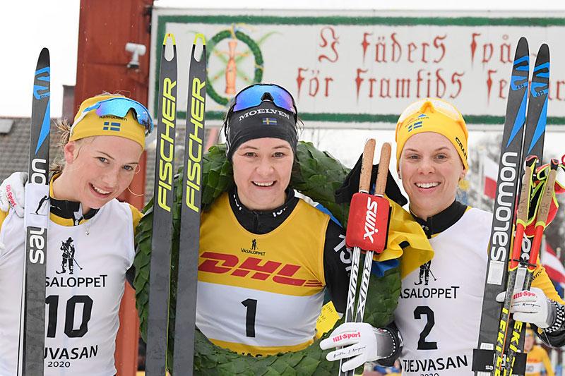 Seierspallen i TjejVasan 2020. FV: Ida Dahl (2. plass), Britta Johansson Norgren (1) og Lina Korsgren (3). Foto: Vasaloppet.