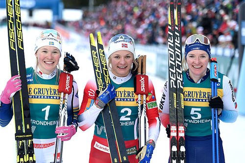 Damenes seierspall på femte etappe av Ski Tour 2020, sprint i Trondheim. FV: Jonna Sundling (2. plass), Maiken Caspersen Falla (1) og Nadine Fähndrich (3). Foto: Thibaut/NordicFocus.