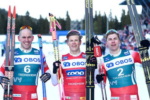 Herrenes seierspall på femte etappe av Ski Tour 2020, sprint i Trondheim. FV: Pål Golberg (2. plass), Johannes Høsflot Klæbo (1) og Erik Valnes (3). Foto: Thibaut/NordicFocus.