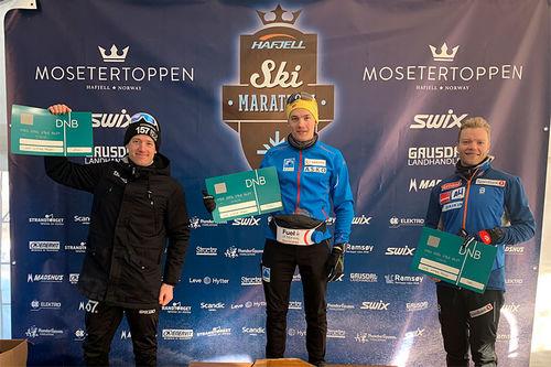 Herrenes seierspall i Hafjell Ski Marathon på 42 km klassisk. FV: Øyvind Moen Fjeld (2. plass), Stian Hoelgaard (1) og Eirik Brandsdal (3). Foto: Hafjell Ski Marathon.