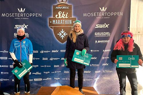 Damenes seierspall i Hafjell Ski Marathon på 42 km klassisk. FV: Ine Løvlien (2. plass), Martine Ek Hagen (1) og Ronja Håkenstad Evertsen (3). Foto: Hafjell Ski Marathon.