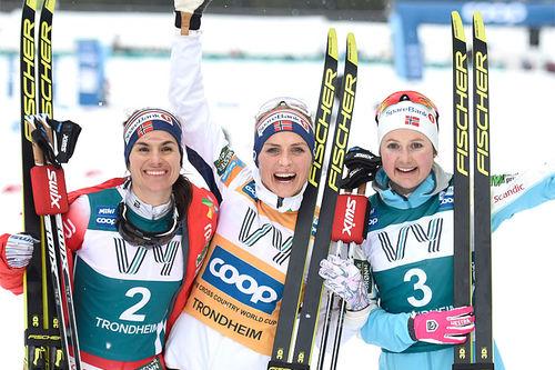 Damenes seierspall på sjette etappe av Ski Tour 2020, jaktstart i Trondheim. FV: Heidi Weng (2. plass), Therese Johaug (1) og Ingvild Flugstad Østberg (3). Foto: Thibaut/NordicFocus.