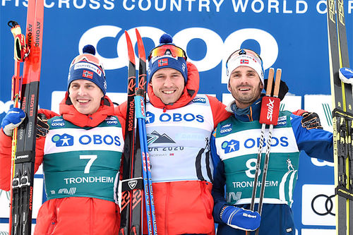Herrenes seierspall på sjette etappe av Ski Tour 2020, jaktstart i Trondheim. FV: Hans Christer Holund (2. plass), Pål Golberg (1) og Hans Christer Holund (3). Foto: Thibaut/NordicFocus.